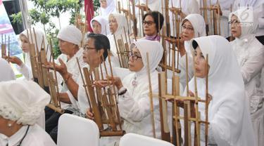Sejumlah orang tua lanjut usia (lansia) memainkan alat musik angklung pada peresmian Rumah Susun (Rusun) Sewa Yayasan Ria Pembangunan di Cibubur, Jakarta, Selasa (24/). Rumah susun ini diperuntukkan khusus bagi lansia. (Liputan6.com/Herman Zakharia)