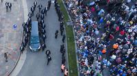 Mobil jenazah yang membawa peti mati Diego Maradona meninggalkan rumah pemerintah di Buenos Aires, Argentina, Kamis, 26 November 2020. Bintang Piala Dunia 1986 meninggal karena serangan jantung di rumahnya.