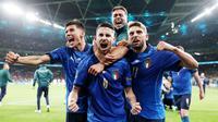 Timnas Italia berhasil mengunci satu tempat di final Euro 2020 usai menumbangkan Spanyol lewat drama adu penalti. Jorginho yang menjadi penendang terakhir sukses memastikan kemenangan setelah tendangannya gagal diadang Unai Simon. (Foto/AFP/Carl Recine/Pool)