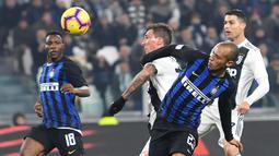 Striker Juventus, Mario Mandzukic, duel udara dengan pemain Inter Milan, Joao Mario, pada laga Serie A di Stadion Allianz, Turin, Jumat (7/12). Juventus menang 1-0 atas Inter Milan. (AP/Andrea Di Marco)