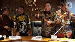 Ketua KPK Firli Bahuri (kedua kanan) didampingi Ketua MPR Bambang Soesatyo (kedua kiri) seusai memberikan keterangan di Komplek Parlemen, Selasa (14/1/2020). Pimpinan KPK menyambangi kompleks parlemen untuk mengadakan pertemuan dalam rangka silaturahmi dengan pimpinan MPR. (Liputan6.com/Johan Tallo)