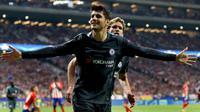 Penyerang Chelsea, Alvaro Morata melakukan selebrasi usai mencetak gol ke gawang Atletico Madrid pada grup C Liga Champions di stadion Wanda Metropolitano, Spanyol, (27/9). Chelsea menang tipis 2-1 atas Atletico Madrid. (AP Photo/Francisco Seco)