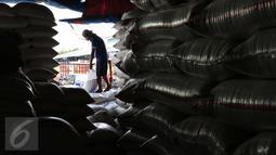 Pekerja memasukkan beras ke dalam karung di Pasar Induk Cipinang, Jakarta, Selasa (5/1/2016). Pasokan dan harga beras di Pasar Induk Cipinang pada awal 2016 masih stabil. Stok beras di gudang saat ini sekitar 40 ribu ton. (Liputan6.com/Angga Yuniar)