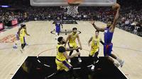 Kawhi Leonard melakukan dunk saat Clippers melawan Lakers di laga pembuka NBA 2019-2020 (AP)
