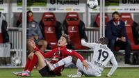 Striker Bayer Leverkusen, Moussa Diaby, berebut bola dengan pemain Freigurg pada laga pekan ke-29 Bundesliga 2019/20 di Schwarzwald-Stadion, Sabtu (30/5/2020) dini hari WIB. Leverkusen menang 1-0 atas Freiburg. (AFP/Ronald Wittek/pool)