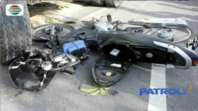 Kecelakaan lalu lintas terjadi di Magelang, Jawa Tengah, ketika dua pengendara sepeda motor tewas tergilas ban mobil tronton yang melaju dari arah berlawanan.