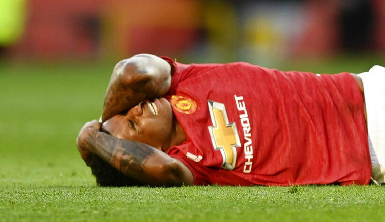 Penyerang Manchester United, Marcus Rashford, meringis kesakitan saat melawan Crystal Palace pada laga Premier League di Stadion Old Trafford, Sabtu (19/9/2020). Setan Merah takluk dengan skor 1-3. (Shaun Botterill/Pool via AP)