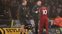 Winger Liverpool, Sadio Mane, mengalami cedera hamstring saat timnya menang 2-1 atas Wolverhampton Wanderers pada laga pekan ke-24 Premier League di Molineux Stadium, Kamis (23/1/2020). (AFP/Oli Scarff)