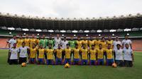 Pemain dan official Barito Putera berpose bersama jelang berlaga lawan Persija di Stadion GBK Jakarta, Rabu (4/2/2015).(Liputan6.com/Helmi Fithriansyah)