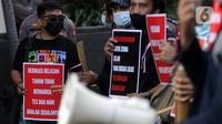 Peserta aksi dari Koalisi Masyarakat Sipil AntiKorupsi membawa poster saat berunjukrasa di depan Gedung KPK Jakarta, Selasa (18/5/2021). Dalam aksinya, sambil membunyikan kentongan mereka memberi dukungan kepada 75 pegawai KPK yang dinyatakan tidak lulus TWK. (Liputan6.com/Helmi Fithriansyah)