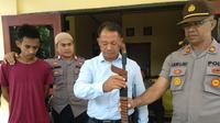 Gara-gara terbakar cemburu, Faldy Baria (22), mantan pebalap motor ternama di Kota Kupang, nekat membacok Ellyas Marks Reme (27), seorang PNS pada Kantor Imigrasi Kupang.