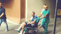 Pebalap MotoGP, Valentino Rossi, saat keluar dari dari Rumah Sakit Ospedali Riuniti, Sabtu (2/9/2017). (Tuttomoriweb)