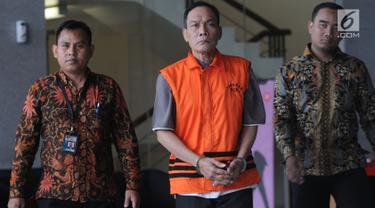Tersangka kasus dugaan korupsi di PN Balikpapan tahun 2018, Kayat (tengah) meninggalkan gedung KPK usai diperiksa di Jakarta, Rabu (24/7/2019). Kayat diperiksa sebagai tersangka terkait menerima suap untuk membebaskan terdakwa kasus pemalsuan surat atas nama Sudarman. (merdeka.com/Dwi Narwoko)