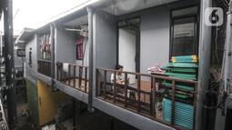 Aktivitas warga saat kembali menempati rumah saat proyek 'rumah panggung' hampir rampung di Kebon Pala, Kelurahan Kampung Melayu, Jakarta Timur, Rabu (2/6/2021).  Sebagian warga sudah mulai kembali menempati rumah panggung yang berada di RT 13 RW 04 Kebon Pala tersebut. (merdeka.com/Iqbal S Nugroho)