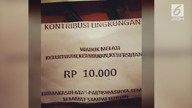 Sebuah rekaman video sepasang suami istri yang berada di dalam mobil pick up dimintai uang kontribusi lingkungan oleh beberapa pemuda setempat.