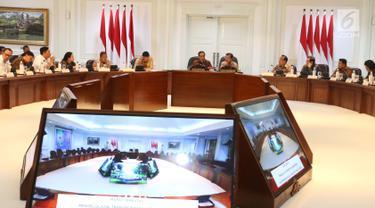 Presiden Joko Widodo didampingi Wakil Presiden Jusuf Kalla saat memimpin rapat terbatas di Kantor Presiden, Jakarta, Selasa (8/1). Ratas itu membahas pengelolaan transportasi di Jabodetabek. (Liputan6.com/Angga Yuniar)