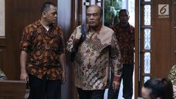 Mantan Direktur Utama PT Asuransi Jasa Indonesia, Budi Tjahjono bersiap menjalani sidang pembacaan putusan di Pengadilan Tipikor, Jakarta, Rabu (10/4). Hakim menjatuhkan hukuman pidana kepada B