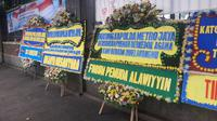 Karangan bunga dukungan tindak pelanggar protokol kesehatan Covid-19 memenuhi halaman Mapolda Metro Jaya, Senin (23/11/2020). (Liputan6.com/ Yopi Makdori)