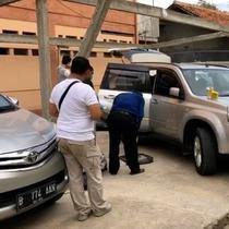 Tim gabungan Polda Metro Jaya dan Polresta Bekasi menemukan mobil korban pembunuhan satu keluarga di Cikarang Jawa Barat