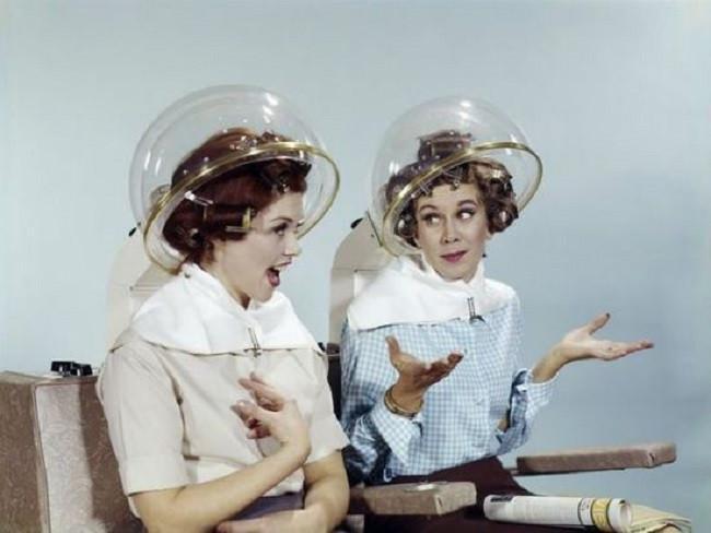 Rambut hair helm transparan yang sempat diminati oleh banyak wanita.  Sumber: Southern Living