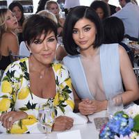 Siapa yang butuh dokter saat miliki Kris Jenner? Sang momager ternyata membantu Kylie Jenner melahirkan. (GETTY IMAGES-VIVIEN KILLILEA-Cosmopolitan)