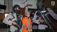 Terdakwa kasus terorisme, Aman Abdurrahman usai mengikuti pembacaan tuntutan JPU di PN Jakarta Selatan, Jumat (18/5). Jaksa meyakini Aman Abdurrahman merupakan dalang serangan teror di Indonesia, antara lain bom Thamrin. (Liputan6.com/Helmi Fithriansyah)