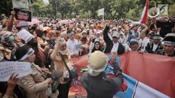 Pegawai honorer DKI Jakarta menggelar demo di Balai Kota, Jakarta, Rabu (26/9). Massa tergabung dalam Forum Honorer Kategori 2 Indonesia (FHK2I). (Liputan6.com/Faizal Fanani)