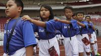 Nikita (kedua dari kiri), senang bisa bertemu pemain berwajah tampan saat menjadi player escort di pertandingan Piala AFC 2019 antara Persija Jakarta kontra Ceres-Negros di Stadion Utama Gelora Bung Karno, Senayan, Jakarta, Selasa (23/4/2019). (Bola.com/Vitalis Yogi Trisna)