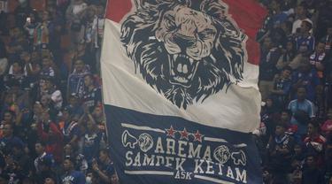 Suporter Arema FC saat melawan Tira Persikabo pada laga Shopee Liga 1 di Stadion Pakansari, Bogor, Senin, (2/3/2020). Tira Persikabo takluk 0-2 dari Arema FC. (Bola.com/M Iqbal Ichsan)