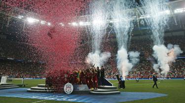 Pemain Liverpool berselebrasi saat merayakan juara Piala Super Eropa 2019 setelah mengalahkan Chelsea di Besiktas Park, di Istanbul (15/8/2019). Liverpool menang adu penalti atas Chelsea 5-4 (2-2). (AP Photo/Lefteris Pitarakis)