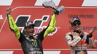 Valentino Rossi dan Marc Marquez di podium MotoGP Argentina, Senin dini hari WIB (1/4/2019). (AFP/Juan Mabromata)