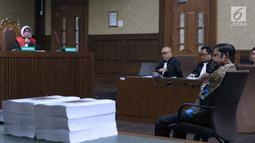 Terdakwa penerimaan suap terkait kerja sama pembangunan PLTU Riau-1, Idrus Marham menyimak pembacaan tuntutan pada sidang di Pengadilan Tipikor, Jakarta, Kamis (21/3). Idrus Marham dituntut hukuman 5 tahun penjara. (Liputan6com/Helmi Fithriansyah)