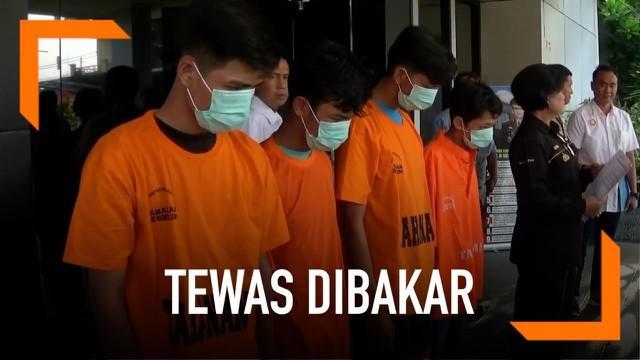 Seorang remaja tewas mengenaskan dengan tubuh penuh luka bakar. Ia dibakar sekelompok remaja hanya karena diawali saling ejek.