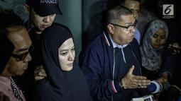 Artis Lyra Virna didampingi kuasa hukumnya Razman Nasution memberi keterangan usai menjalani pemeriksaan di Polda Metro Jaya, Kamis (22/3). Lyra mendapat 35 pertanyaan dari penyidik. (Liputan6.com/Faizal Fanani)