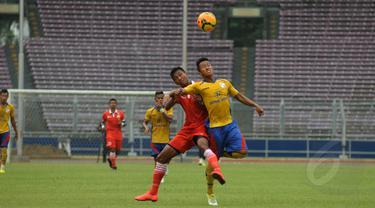 Pemain depan Persija, Saiful Indra Cahya (ketiga dari kiri) berebut bola dengan pemain Barito Putera saat laga uji coba di Stadion GBK Jakarta, Rabu (4/2/2015). Persija unggul 2-1 atas Barito Putera. (Liputan6.com/Helmi Fithriansyah)