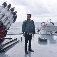 Memantau perairan Natuna yang dilalui oleh China, foto Presiden Jokowi di sana dibuat meme lucu oleh netizen. (Via: liputan6.com)