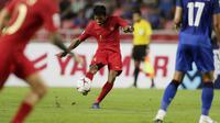Gelandang Timnas Indonesia, Zulfiandi, melepaskan tendangan saat melawan Thailand pada laga Piala AFF 2018 di Stadion Rajamangala, Bangkok, Sabtu (17/11). Thailand menang 4-2 dari Indonesia. (Bola.com/M. Iqbal Ichsan)