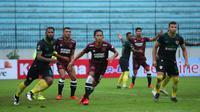 Duel PSM Makassar vs Kalteng Putra berduel pada penyisihan Grup C Piala Presiden 2019, Rabu (6/3/2019) di Stadion Moch. Soebroto, Magelang. (Bola.com/Abdi Satria)