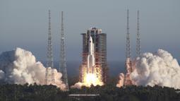 Roket Long March 5B lepas landas dari Pusat Peluncuran Ruang Angkasa Wenchang di Provinsi Hainan, China, Selasa (5/5/2020). Ini adalah kali pertama roket Long March 5B melancarkan misi luar angkasa. (Tu Haichao/Xinhua via AP)