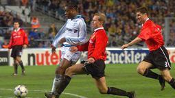 2. Henning Berg. Memperkuat Manchester United dalam rentang 1997-2001 dengan mencatat 103 kali penampilan di semua kompetisi dan mencetak 3 gol. Menjadi bagian tim saat meraih treble pada musim 1998/1999. Pemain pertama yang meraih trofi Premier Legaue dengan 2 tim berbeda (AFP/Gerad Julien)