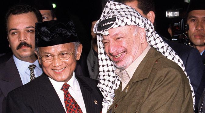 Presiden Indonesia BJ Habibie (kiri) bersama Pemimpin Palestina Yasser Arafat saat menggelar pertemuan di Bandara Halim Perdanakusuma, Jakarta, 8 April 1999. (AFP Photo/File)