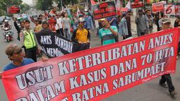 Massa dari Pergerakan Pemuda Jakarta (PPJ) melakukan aksi unjuk rasa di depan Balaikota, Jakarta, Senin (5/11). PPJ juga mengkritik dugaan keterlibatan Gubernur DKI Jakarta Anies Baswedan dalam  kasus 'Hoax' Ratna Sarumpaet. (Merdeka.com/Arie Basuki)