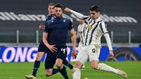 Alvaro Morata (kanan) jadi bintang kemenangan Juventus atas Lazio pada laga lanjutan Liga Italia 2020/2021 di Allianz Arena, Minggu (07/03/2021) dini hari WIB. (MIGUEL MEDINA / AFP)