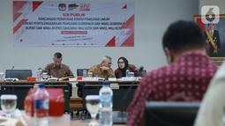 Ketua KPU Arief Budiman (tengah) didampingi Komisioner KPU Wahyu Setiawan (kiri) dan Evi Novida memimpin rapat Uji Publik Rancangan Peraturan KPU di Jakarta, Rabu (2/10/2019). Rapat membahas pencalonan, pembentukan dan tata kerja PPK, PPS dan KPPS dalam Pilkada 2020. (Liputan6.com/Angga Yuniar)