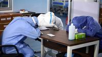 Sejumlah petugas medis beristirahat di sebuah rumah sakit di Kairo, Mesir, pada 14 Juli 2020. Mesir pada Selasa (14/7) mengonfirmasi 929 kasus baru infeksi COVID-19, sehingga menambah jumlah kasus di negara itu menjadi 83.930, seperti disampaikan Kementerian Kesehatan Mesir. (Xinhua/Ahmed Gomaa)