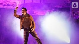 Aktor menampilkan peran salah satu tokoh dalam pementasan Teater Koma berjudul J J Sampah Kota di Graha Bhakti Budaya, Taman Ismail Marzuki, Jakarta, Kamis (7/11/2019). Pementasan ini berkisah kehidupan suami istri bernama Jian dan Juhro yang tinggal di kolong jembatan. (Fimela.com/Bambang E Ros)