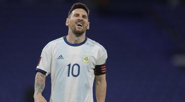 Penyerang Argentina, Lionel Messi, tampak kecewa usai timnya bermain imbang atas Paraguay pada laga kualifikasi Piala Dunia 2022 zona CONMEBOl di Stadion La Bombanera, Jumat (13/11/2020) pagi WIB. Argentina imbang 1-1 oleh Paraguay. .(Juan Roncoroni, Pool via AP)