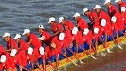 Para peserta Kamboja mendayung perahu naga mereka selama gladi resik untuk Festival Air tahunan di sungai Tonle Sap di Phnom Penh (21/11). (AFP Photo/Tang Chhin Sothy)