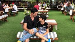 Begini kompaknya ayah dan anak yang satu ini, Keduanya terlihat kompak saat sama-sama mengenakan atasan kaus dan celana jeans. Keduanya juga terlihat sweet mengenakan outfit dengan warna senada.(Liputan6.com/IG/mike_lewis)