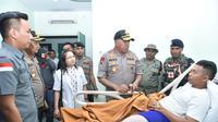 Kapolda Papua Irjen Paulus Waterpaw Mengunjungi Personel Brimob yang Menjadi Korban Penembakan di Rumah Sakit Mitra Masyarakat, Mimika, Papua, Minggu (12/1/2020). (Foto: Istimewa)